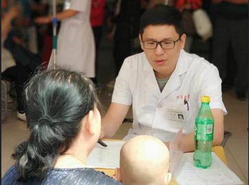 姜仕先副主任、孙丹宇医生、齐鹏医生在义诊现场