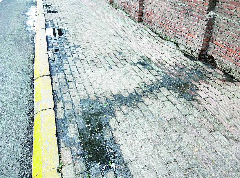 人行道上污水横流