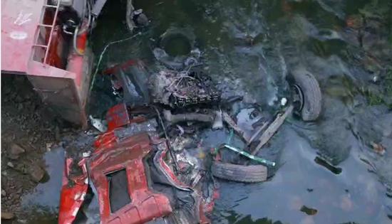 哈市和兴路马家沟河段翻斗车失控扎下桥 司机受伤被困