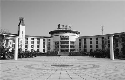 横图:苏州大学校园一景。 竖图:苏大毕业典礼方案的通知调整前(下)后。