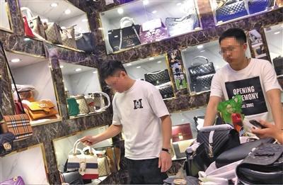 3月15日,两位海淘店老板来到桂花岗小区高仿窝点选购假冒奢侈品。