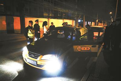 3月27日凌晨1时许,执法人员查获了一辆私自揽客的出租车摄影/本报记者 黄亮