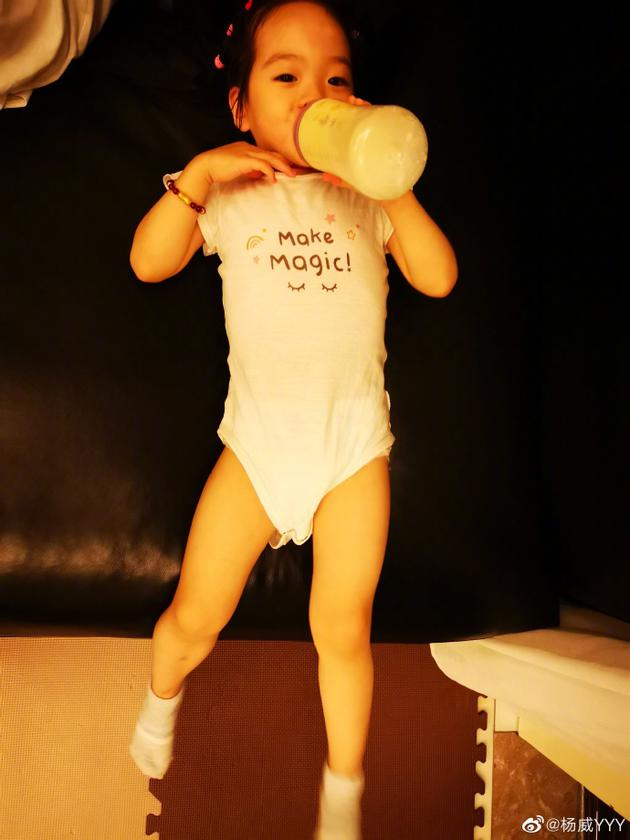 杨威女儿喝奶照