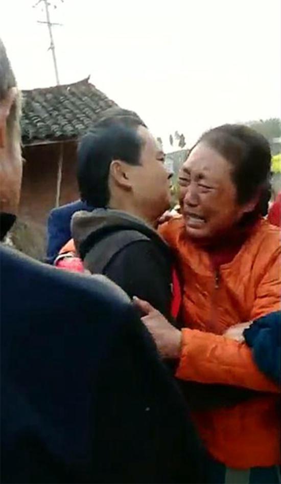 黄图金和母亲相拥而泣 成都商报 图