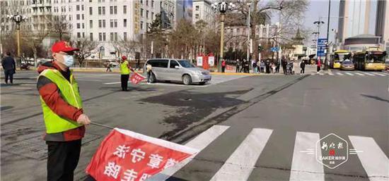 劝阻乱闯红灯、横穿马路!800名志愿者走上街头助力交通文明
