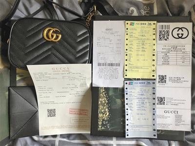 3月20日记者在北京收到高仿奢侈品假包及全套的假冒票据。