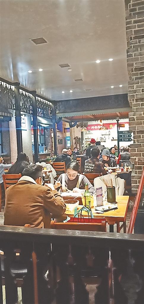 餐饮业人气回升。 本报记者 蒋国红摄
