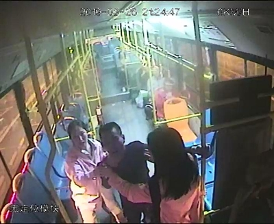 杨露璐(右)和施琴劝阻男子 视频截图