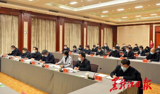 中省直有关部门负责同志参加会议。