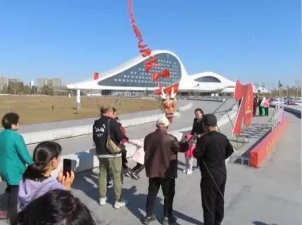 """一条200米""""巨龙""""出现在哈尔滨上空场面震撼"""