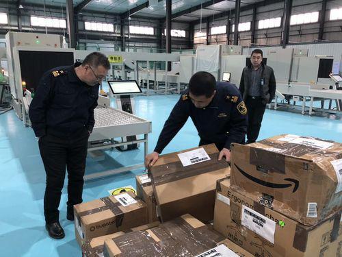 哈尔滨海关关员高效验放跨境直购进口货物。