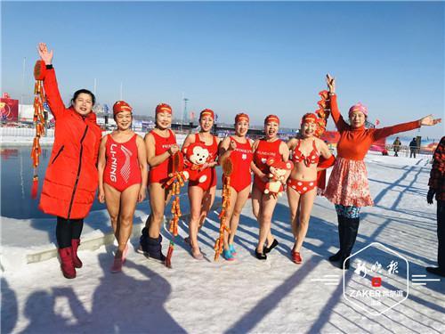 大年三十跳水拜年 冰城冬泳表演队水中放飞自我迎鼠年