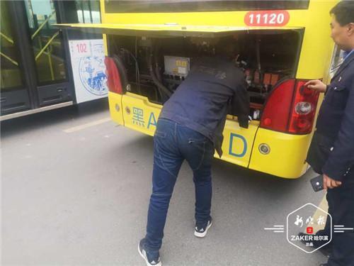 """哈市近3000台公交车""""备战""""冬季 让乘客温暖出行"""