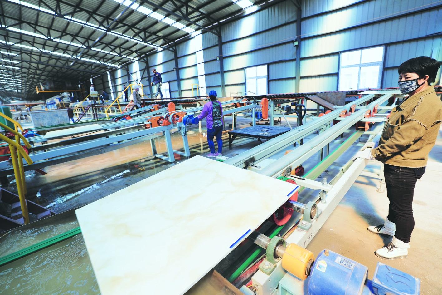 图②工人正在监测产品质量。