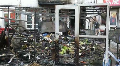 哈尔滨市红旗小区一卖菜简易房起火殃及居民楼