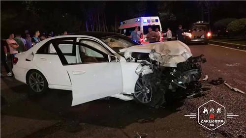 E300 轿车上有两位男性司乘人员,有一位右腿部受伤比较严重。