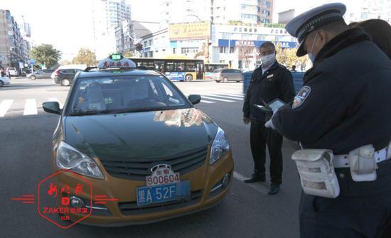 右转弯不礼让行人还辩称自己正常行驶 驾驶人被罚50元