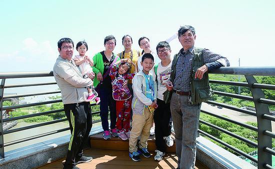 """马广祥夫妇的""""家教逆袭"""":让两个听障儿子圆大学梦"""
