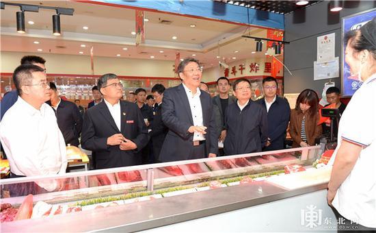 王文涛到哈尔滨奋斗路副食品商场检查节日市场供应。孙强 摄