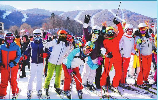 雪场上,游客们拍照留念。