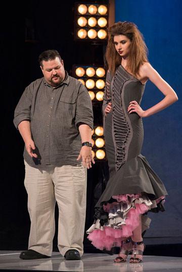 克里斯玛奇风格前卫,曾为ady Gaga、麦当娜等打造战袍。