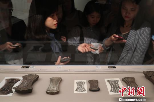 上博特展揭秘中国白银作为货币的发展历程。 张亨伟 摄