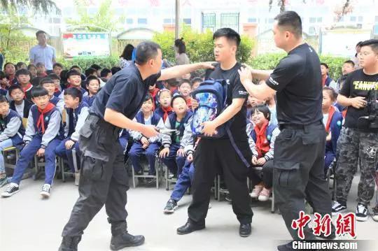 资料图:郑州特警演绎防身技能。 刘涛 摄