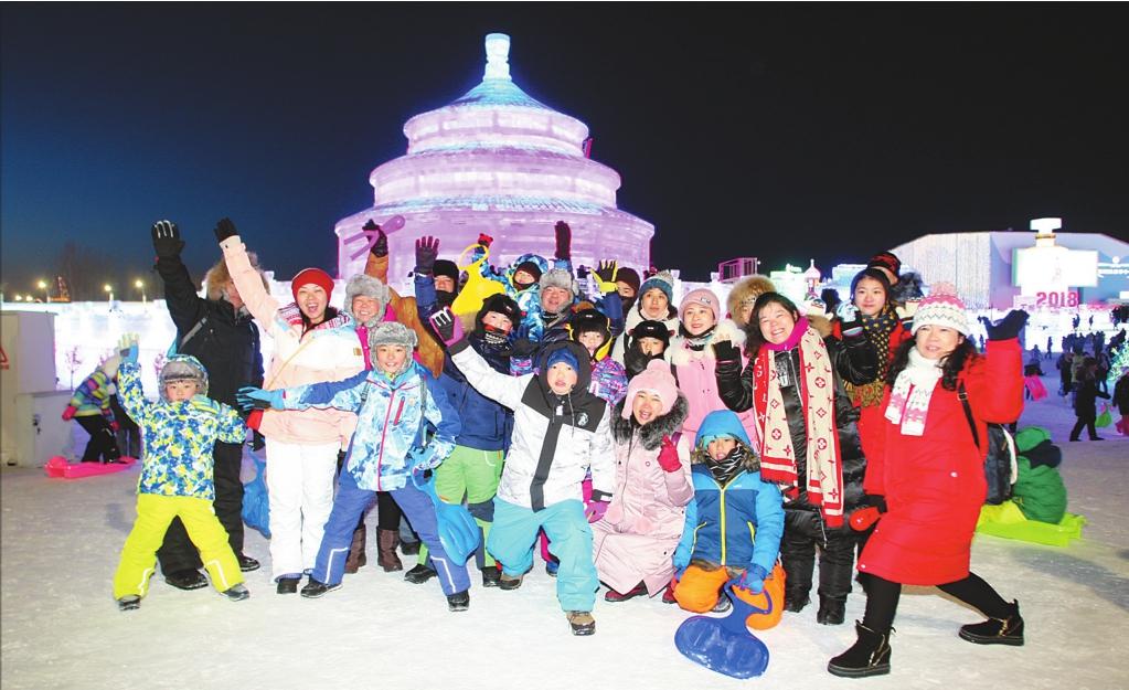 正月初二,冰雪大世界内,南方游客在冰雪美景前合影。本报记者苏强摄