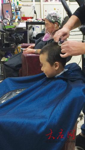 理发店的生意很火。