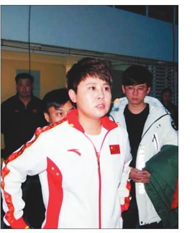 冬奥冠军王濛代表七台河市参加节目,正在后台做准备工作。