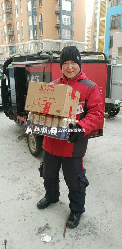↑ 米君正在送货。
