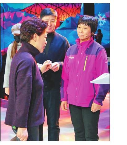 北京电视台副台长徐滔(左一)与孟庆余爱人韩平云亲切交流。