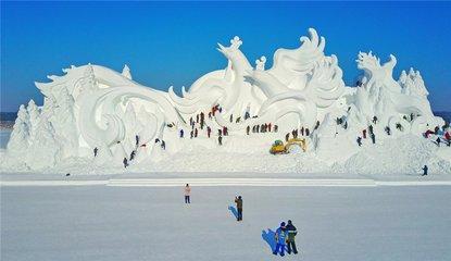 """12月4日上午,第五届 """" 冬之韵 """" 黑龙江省大学生雪雕比赛在太阳岛"""