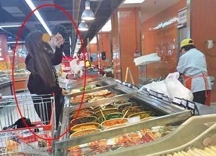 家乐福内:顾客用公共筷子品尝咸菜