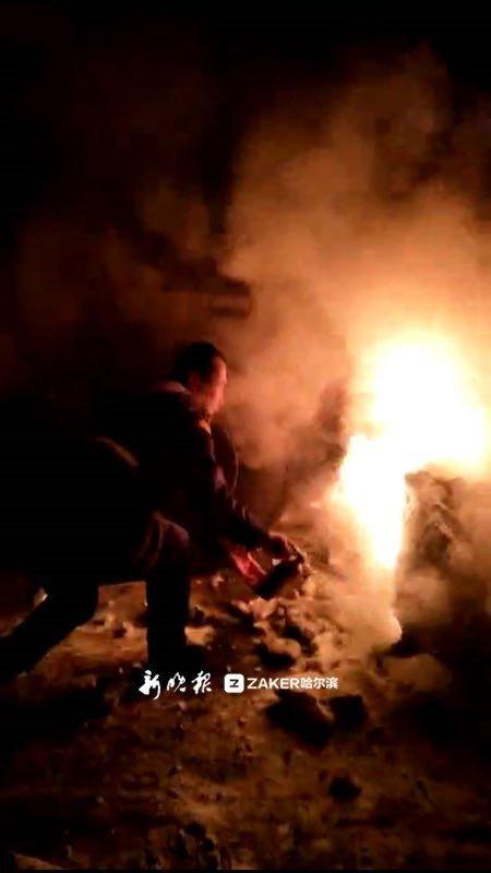 急中生智,抓起雪块就往火里扔 ……
