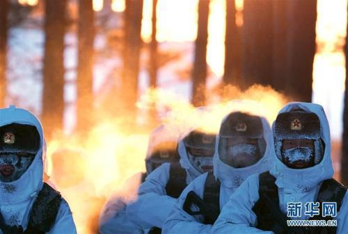 驻守在漠河县北极村的北部战区陆军某部官兵巡逻间隙展开训练(2月5日摄)。