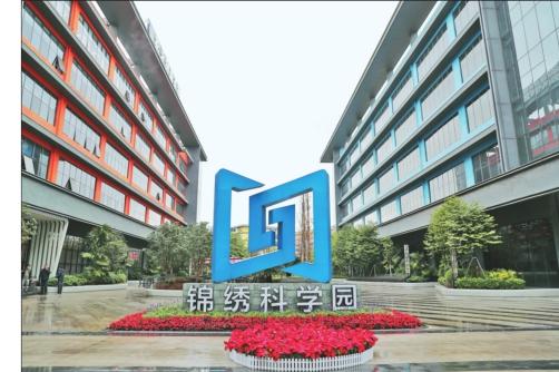香坊区签约代表团实地参观考察了深圳市龙华园区示范基地。
