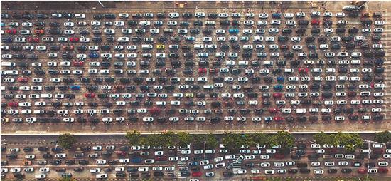 20日,大量过海车辆在海口秀英港等待过海。截至21日17时,仍有过万车辆滞留在海南等候渡海。新华社发