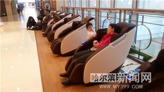 市民正在体验共享按摩椅。