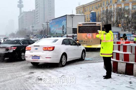 图为和平路与中山路交口交通繁忙交警努力疏导车辆。
