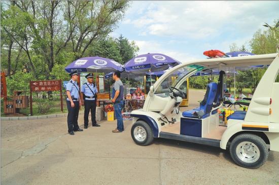 齐齐哈尔市公安局铁锋分局民警驾驶巡逻车在景区巡逻。