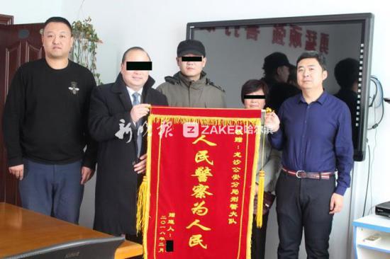 ↑ 为了向细心的民警表示感谢,老两口向龙沙警方送来了一面锦旗。