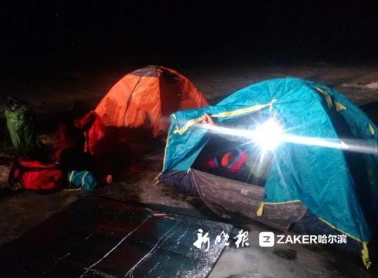 江面支起帐篷。