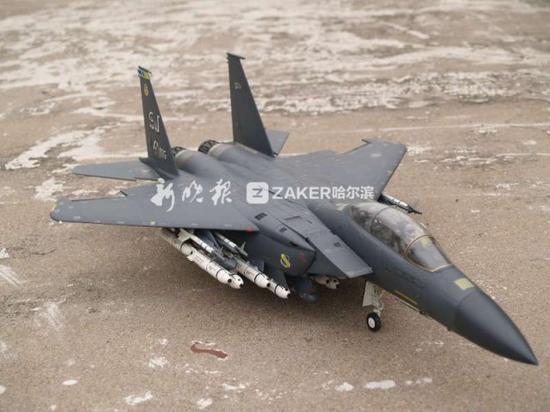上小学后,刘辉加入了少年之家的航模组,后来又接触到塑料的拼装模型。 天天走着上下学,省下半年公交车费,终于买到了心仪好久的模型。 刘辉清晰的记得,那是一盒大连出品的米格 -27 模型。自此之后,刘辉收藏了百余个塑料拼装模型。   用木头制作飞机模型的历史要比塑料拼装模型早很多。手作全木质实体(仿真)飞机模型需要自备图纸、材料、工具,更需要毅力、手艺和对模型原型的理解。相对来说,木质模型费力又费时,但十多年前,刘辉还是动手做了起来。他动手做,最主要的原因是向模型界的老前辈们致敬。 上世纪八十年代后