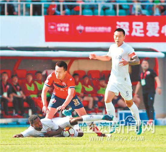黑龙江队对战深圳佳兆业队。