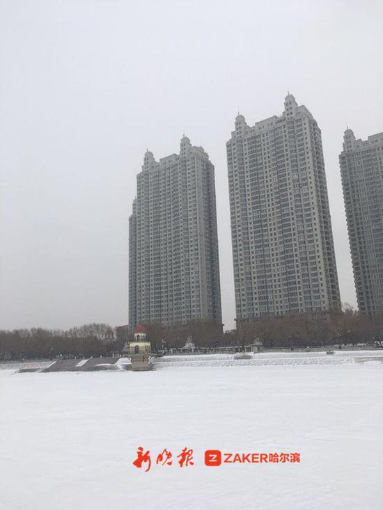 白雪覆盖的松花江面。