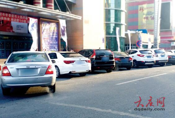 市区各大商圈附近车流量明显增大,车位难求。