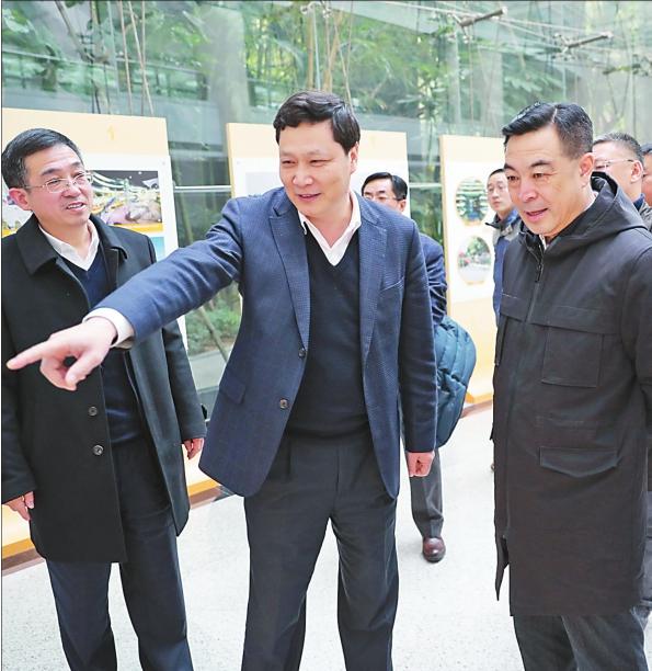 深圳市龙华区委书记余新国向香坊区领导介绍区情。