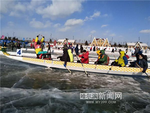 图为冰上龙舟赛比赛现场,选手们奋力争先。