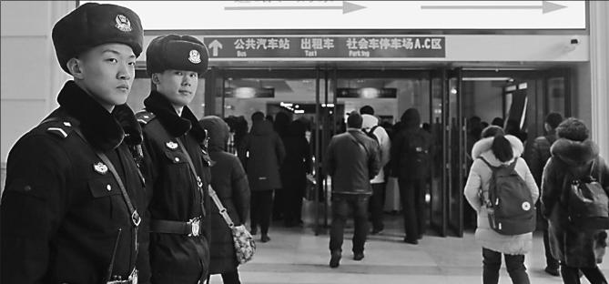 辅警在巡逻。 姜海涛本报记者李爱民摄
